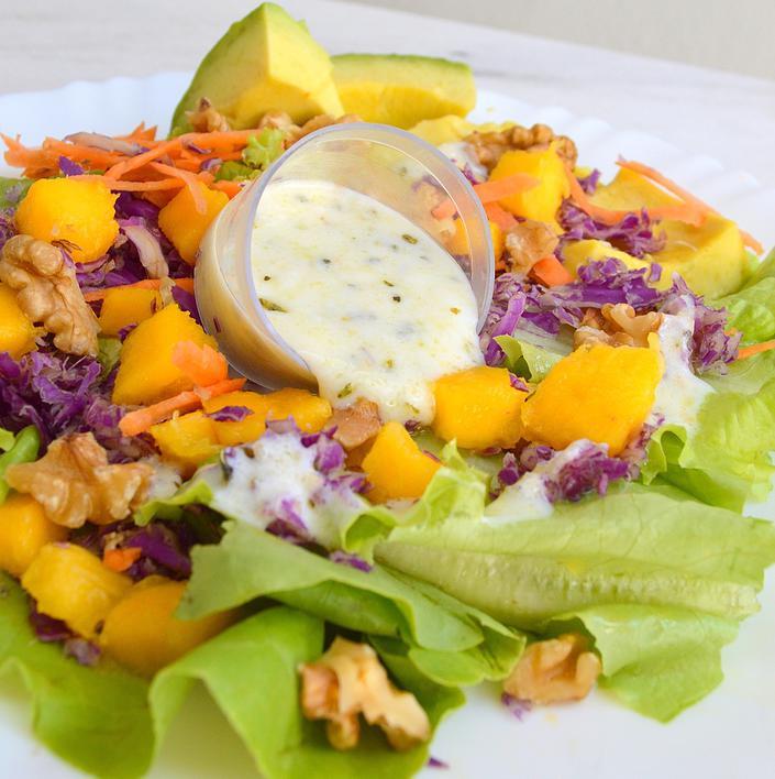 Receita: Salada Tropical com Molho de Iogurte
